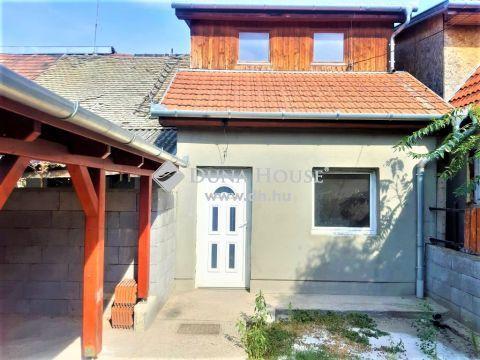 Eladó Lakás, Pest megye, Szigetszentmiklós - Buszvégállomás közelében felújított, tégla falazatú 2 hálószobás sorházi lakás, 100m2-es saját kerttel eladó!